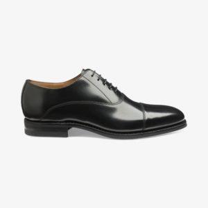 Juodi odiniai batai vyrui prie kostiumo