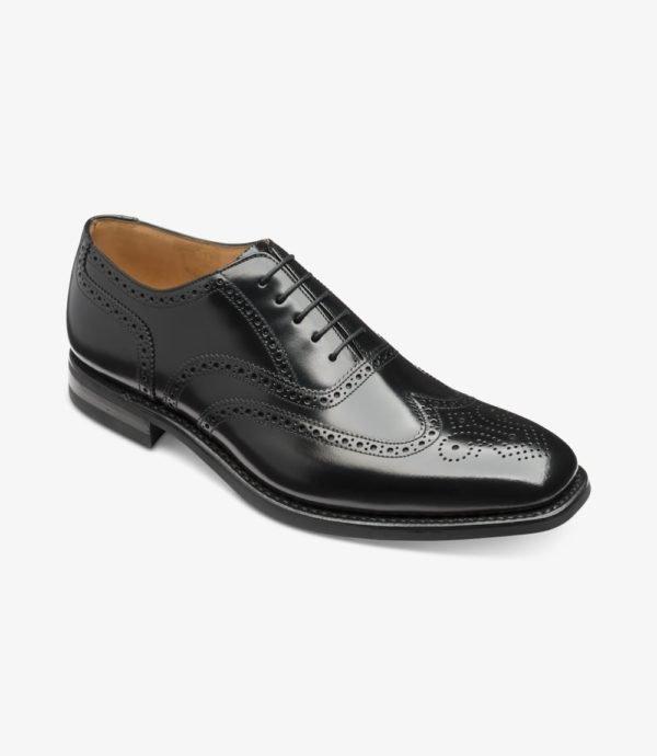 Klasikiniai vyriški batai prie kostiumo