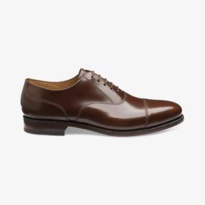 Klasikiniai rudi vyriški batai prie kostiumo