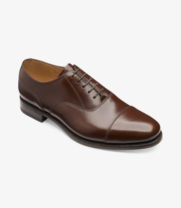 Klasikiniai rudi batai tinka prie mėlyno kostiumo