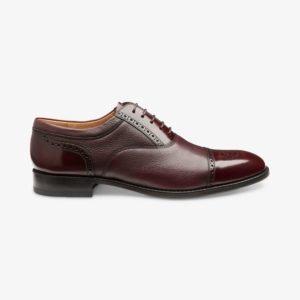 Burgundiškos spalvos odiniai batai prie kostiumo
